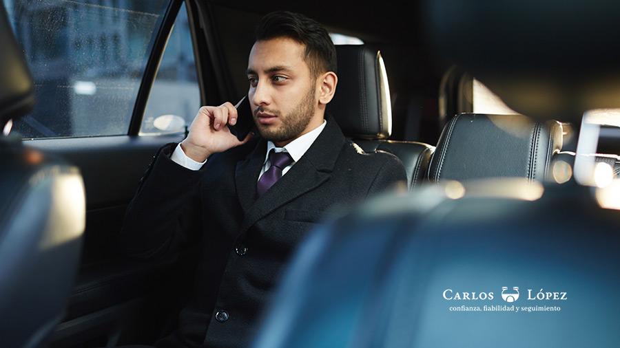 """Con el crecimiento de empresas como Uber y Lyft, cada vez son más frecuentes las consultas que recibo con relación a qué hacer en caso de sufrir un accidente en alguno de estos servicios, ya que cada vez son más los usuarios que acceden a las plataformas de traslado, debido a la comodidad y, entre comillas, seguridad que implican. Sin embargo, muchas personas desconocen que de sufrir un accidente en un servicio de Uber o Lyft, la empresa cuenta con un seguro, tanto para conductores como pasajeros y, es tarea del afectado pedir que la cobertura actúe de acuerdo a los daños ocasionados, sea porque alguien resultó herido o el auto terminó averiado. Historia sobre un accidente en un servicio de Uber A continuación, te hablaré sobre la historia de uno de mis asesorados en cuestión de accidentes automovilísticos, que te dará grandes pistas sobre qué hacer en caso de sufrir alguno. El afectado salió de un café alrededor de las 3 pm porque debía dirigirse a una reunión de negocios al otro lado de la ciudad, por lo cual accedió a la aplicación para pedir un servicio. A los pocos minutos el auto lo estaba esperando y se subió. Luego de haber transitado por 3 calles sin novedad, el conductor quiso tomar otro canal sin tener la precaución de mirar por los retrovisores, provocando el choque con otro auto que iba pasando hacia donde él iba. """"El impacto no fue mayor, aunque sí sentí el nombrado efecto latigazo en mi cuello cuando el conductor frenó fuertemente. Después que esto sucedió, el conductor bajó del auto y empezó a hablar con el dueño del otro auto, intentando llegar a un acuerdo sin necesidad de llamar a las autoridades ni reportarse con la plataforma. Yo, por mi parte, bajé del auto y me mantuve en el lugar. Aproveché para tomar varias fotografías con mi móvil desde distintos ángulos y pedí la documentación debida al conductor (su licencia de conducir y numeración de la unidad para reportarla en la plataforma). Como el tiempo se alargó, llegó la policía y esperé su repo"""